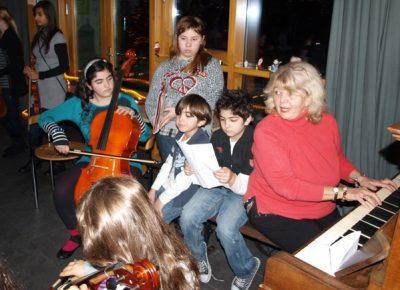 Liane Pelea umringt von aufmerksamen Schülern